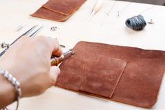Läder som tillverkar hjälpmedelstilleben Arkivfoton