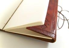 Läderanteckningsbok med prydnaden Royaltyfri Bild