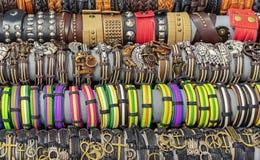 Läderarmband av olika former och färger Indiern piskar smycken fotografering för bildbyråer