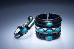 Läderarmband med blåa stenar Fotografering för Bildbyråer