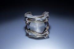 Läderarmband med den stora metallhängen Royaltyfria Bilder