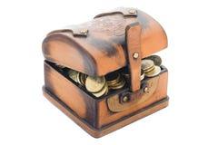 Läderbröstkorg med mynt Royaltyfri Foto