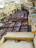 Lädergarverier i Fes Marocko arkivfoto