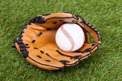 Läderhandske med baseballbollen Royaltyfria Bilder