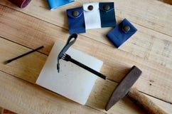 Läderhantverkhjälpmedel för handgjord nyckel- cirkel och liten påse Arkivbilder