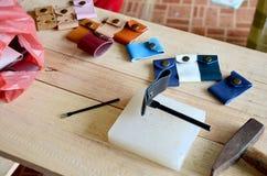 Läderhantverkhjälpmedel för handgjord nyckel- cirkel och liten påse Royaltyfri Fotografi