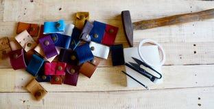 Läderhantverkhjälpmedel för handgjord nyckel- cirkel och liten påse Fotografering för Bildbyråer