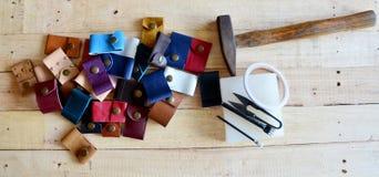 Läderhantverkhjälpmedel för handgjord nyckel- cirkel och liten påse Arkivbild