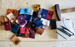 Läderhantverkhjälpmedel för handgjord nyckel- cirkel och liten påse Arkivfoto