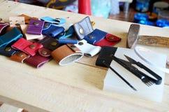 Läderhantverkhjälpmedel för handgjord nyckel- cirkel och liten påse Royaltyfri Bild