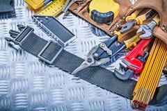 Läderhjälpmedelbälte med konstruktion som bearbetar på kanaliserad metall b arkivfoton