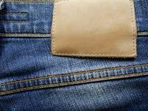 Läderjeansetikett på tvättad grov bomullstvill arkivbild