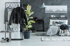 Läderomslag i sovrum för tonåring` s arkivbilder