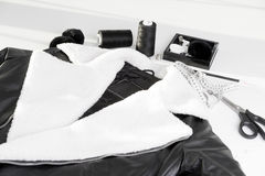 Läderomslag med vit päls på kragen Arkivbilder