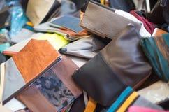 Läderpåsar av olika format på försäljning i ståndet Royaltyfri Foto