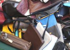 Läderpåsar av olika format på försäljning i ståndet Royaltyfria Foton