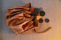 Läderpåse med forntida romerska mynt Arkivbilder