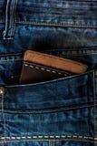 Läderplånbok i ett jeansfack Royaltyfri Foto