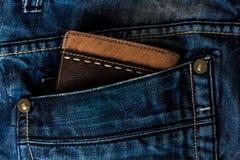 Läderplånbok i ett jeansfack Arkivfoto