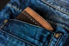 Läderplånbok i ett jeansfack Arkivbild