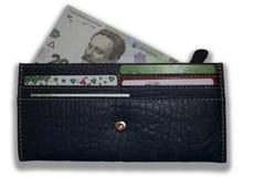 Läderplånbok med en synlig del av den ukrainska sedeln royaltyfria foton