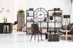 Läderstol i manlig lägenhet arkivfoto