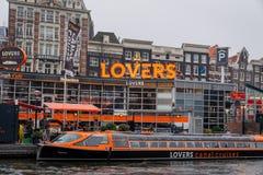 Läge för uppsamling för vänkanalkryssningar med tillfälligt folk och ett fartyg royaltyfri fotografi