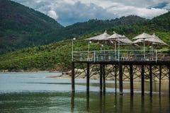 Läge på sjön med underbara bergsikter Arkivfoton