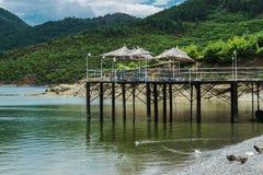 Läge på sjön med underbara bergsikter Arkivbilder