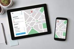 Lägebogserarebegrepp på minnestavla- och smartphoneskärmen GPS mor royaltyfri bild