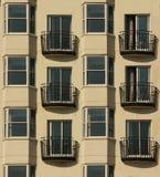 Lägenhet, fönster och bacony Arkivbild