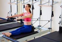 Lägenhet för massage för mage för Pilates världsförbättrarekvinna arkivbild