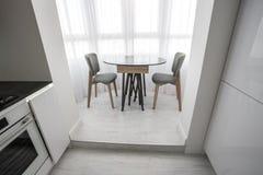 lägenhet för vind för luxurekorridor inre i grå stildesign med stolar och tabellen royaltyfria foton