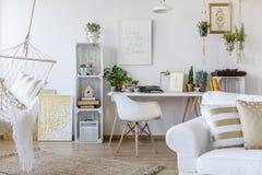 Lägenhet i scandinavian stil arkivfoto