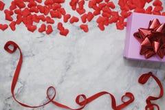 Lägenhet-lekmanna- bakgrund för valentin dag, förälskelse, hjärtor, utrymme för kopia för gåvaask royaltyfri bild