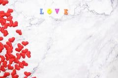 Lägenhet-lekmanna- bakgrund för valentin dag, förälskelse, hjärtor, utrymme för kopia för gåvaask arkivfoton