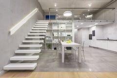 Lägenhet med den moderna vita trappuppgången fotografering för bildbyråer
