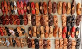 Lägenhet som är lekmanna- av de ljusa östliga skorna, Tunisien Royaltyfria Foton