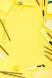 Lägenhet som är lekmanna- av gula den kontorstillförsel, räknemaskinen och blyertspennor med kopieringsutrymme Royaltyfri Bild