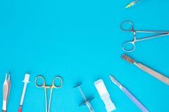 Lägenhet som är lekmanna- av medicinska instrument på blå bakgrund Åtlöje upp medicinsk bakgrund för hälsovård arkivfoton