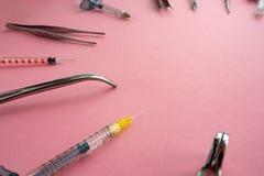 Lägenhet som är lekmanna- av medicinska instrument på rosa bakgrund Åtlöje upp medicinsk bakgrund för hälsovård arkivbilder