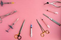 Lägenhet som är lekmanna- av medicinska instrument på rosa bakgrund Åtlöje upp medicinsk bakgrund för hälsovård fotografering för bildbyråer