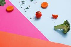Lägenhet som är lekmanna- av rå grönsaker på abstrakt bakgrund Arkivfoton