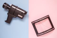Lägenhet som är lekmanna- av tappningvideokameran och tom ram i form av den parallella filmen på minimalistic begrepp för mångfär royaltyfri foto