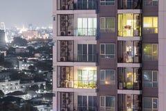 Lägenhetavskildhetsbegrepp på natten med belysning och elektricitet arkivfoton