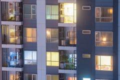 Lägenhetavskildhetsbegrepp på natten med belysning och elektricitet royaltyfri fotografi