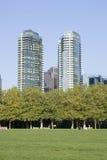 Lägenhetbuidlings med parkerar beskådar Arkivbild