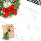 Lägenheten för gåvan för kransen för garnering för jul för bärbara datorn för kontorsskrivbordet lägger arkivbild