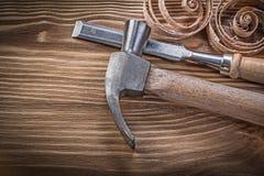 Lägenheten för jordluckrarehammaren mejslar krullade shavings på det wood brädet för tappning Fotografering för Bildbyråer