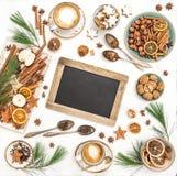Lägenheten för kaffe för kakor för den svart tavlan för jultabellgarnering lägger arkivfoton